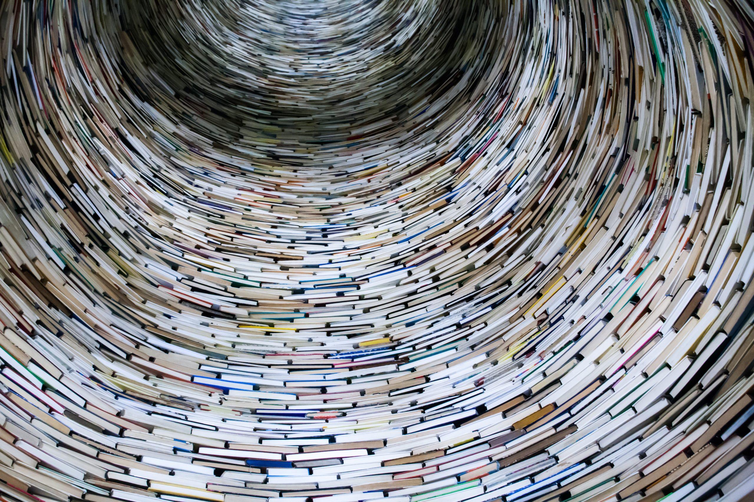 Mange bøker stablet