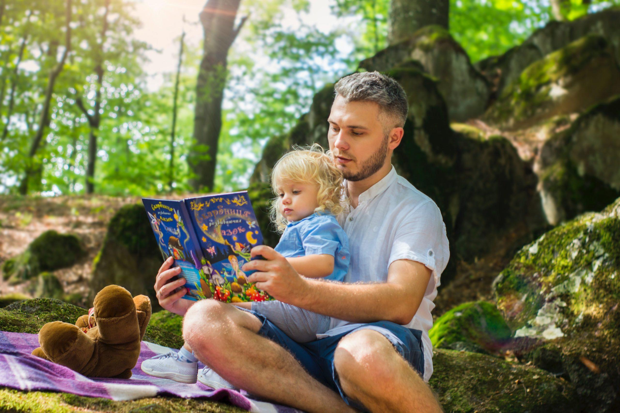 voksen og barn leser sammen